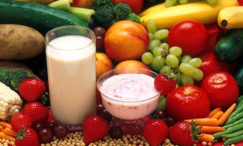 Imagem mostra frutas e iogurtes, dicas de alimentação saudável