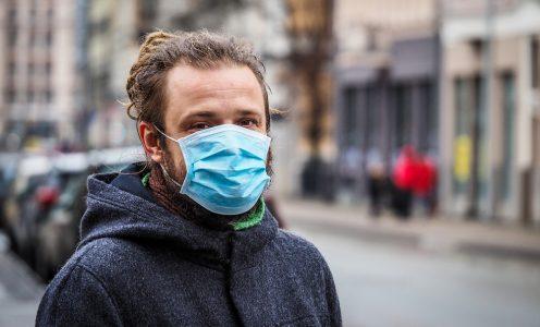 Homem usando máscara cirúrgica, proteção contra coronavírus