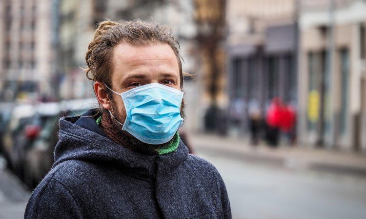 Homem usando máscara para proteção contra coronavírus