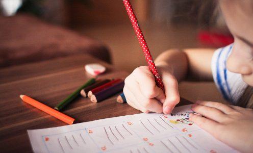 Criança desenha em casa. Pandemia de coronavírus obrigou muitas crianças a ficarem em casa.